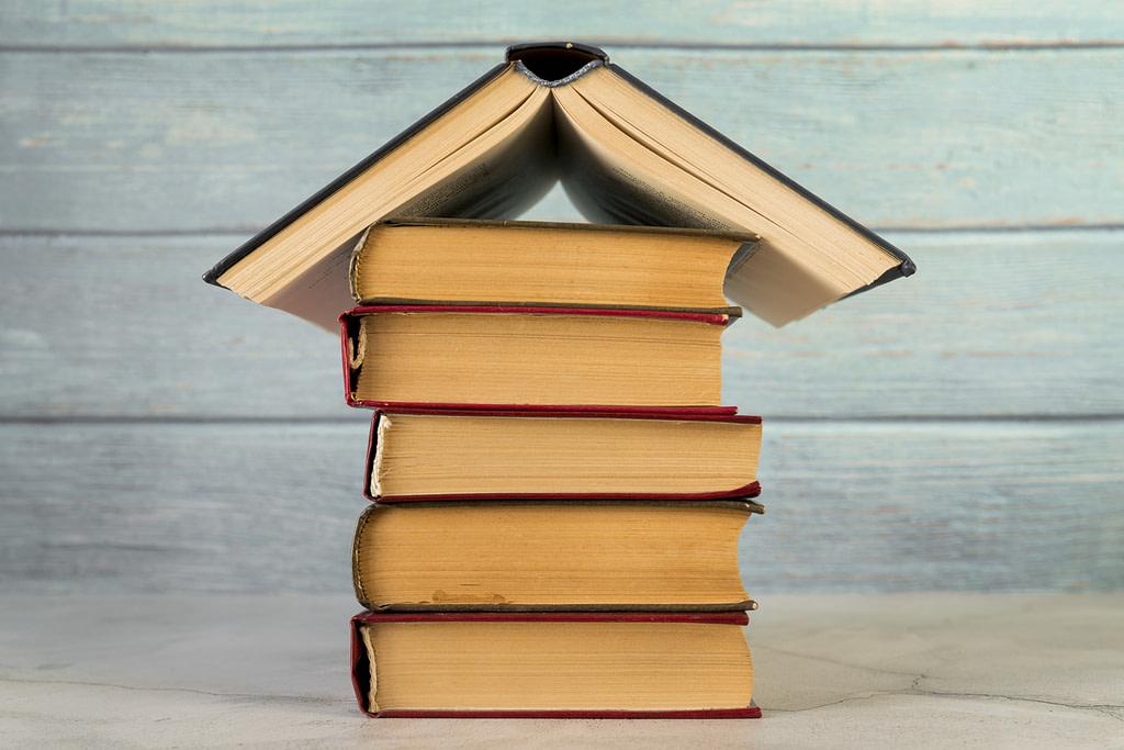 Pilha de livros do mercado imobiliário.