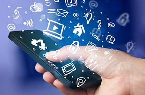 Mão, ícones e celular ilustram como aplicar o UX Design no site da imobiliária.